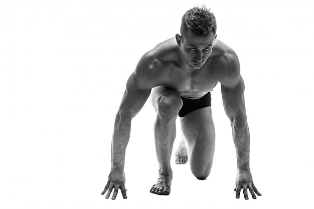 Man voorbereiden op hardlopen. silhouet. isoleren op wit. zwart / wit foto