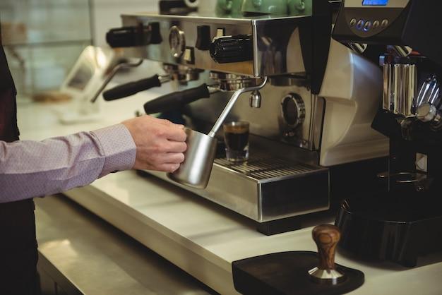 Man voorbereiding van koffie in de coffeeshop