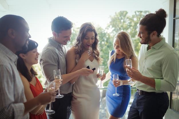 Man vrouw met verlovingsring voorstelt