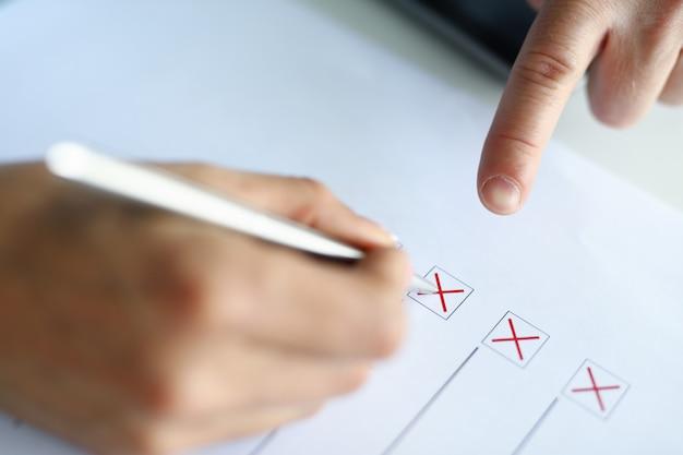 Man vult testkolommen met een rode pen