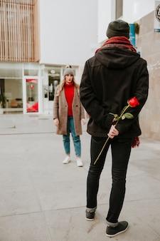 Man wacht vriendin met roos