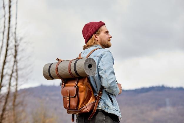 Man wandelaar verkennen bergen reizen gezonde levensstijl avontuurlijke reis wandelen solo met rugzak mannelijke...