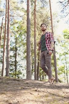 Man wandelen in het bos