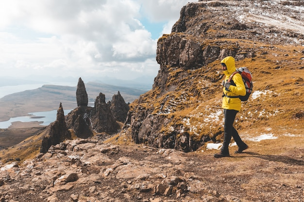 Man wandelen in schotland, isle of skye bij de old man of storr