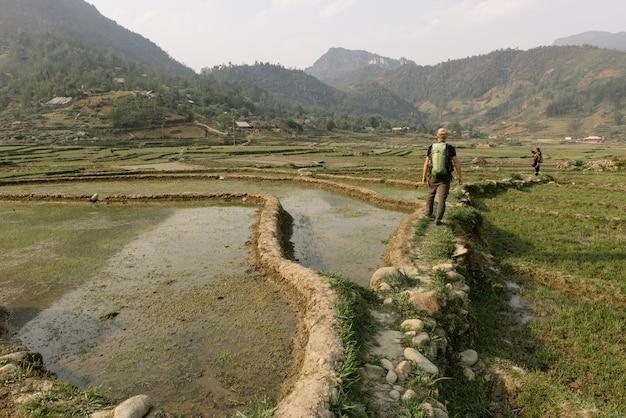 Man wandelen met rugzak in vietnam