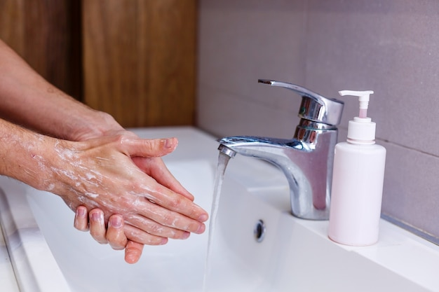 Man wast zijn handen thuis