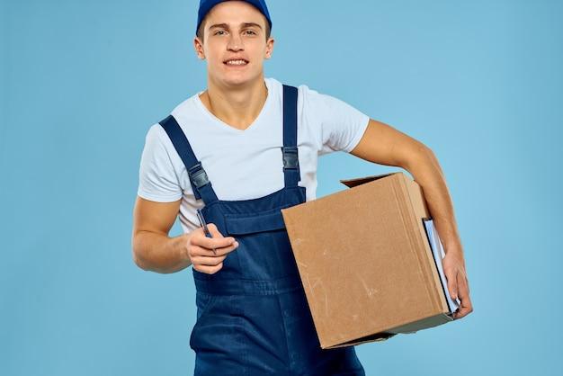 Man werknemer met kartonnen doos levering