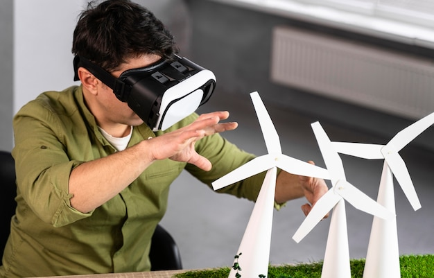 Man werkt aan een milieuvriendelijk windenergieproject met behulp van virtual reality headset