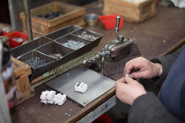 Man werkt aan oude handmatige apparatuur
