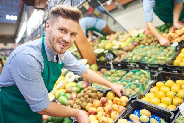 Man werkt hard in supermarkt