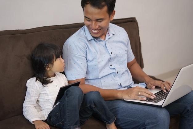 Man werkt op afstand met dochter