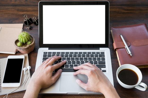Man werkt op laptop met lege mockup scherm.