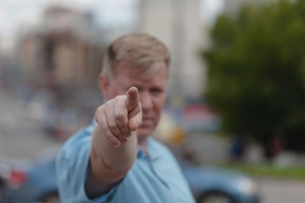 Man wijst met zijn vinger naar je