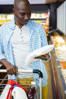 Man winkelen in de supermarkt sectie