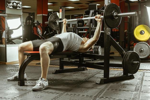 Man work-out in de plaatselijke sportschool