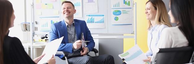 Man zakenman in rolstoel houdt zakelijke briefing met collega's