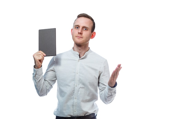Man zakenman, leraar, mentor onderzoekt vermeldingen in uw dagboek. geïsoleerd op witte achtergrond