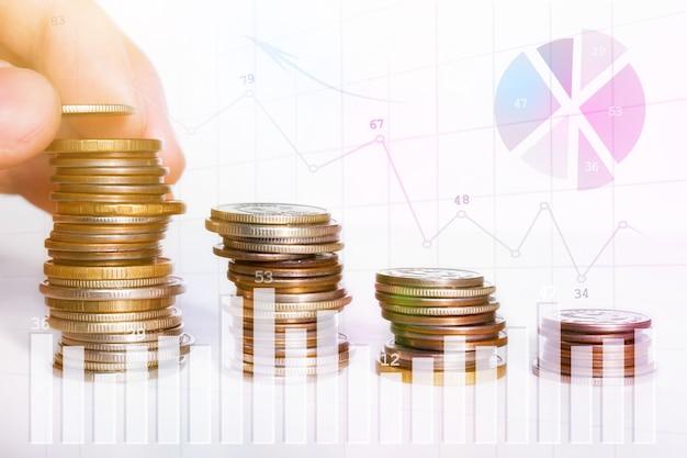 Man zet een munt in een stapel munten, bedrijfsgroei concept close-up