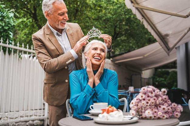 Man zet een tiara op het hoofd van zijn vrouw