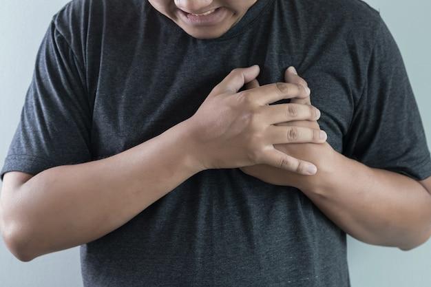 Man ziekte pijn op de borst lijdt aan hartaanval