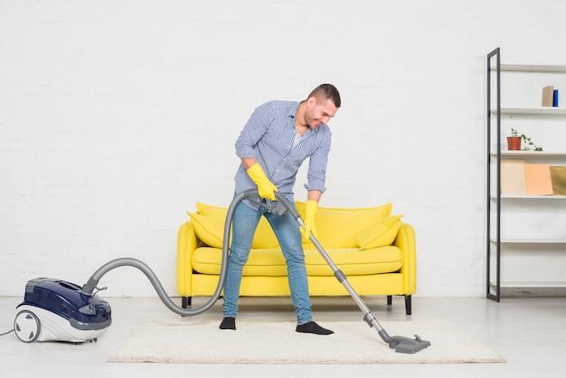 Man zijn huis schoonmaken