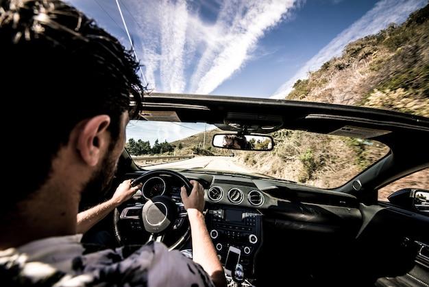 Man zijn sportwagen rijden