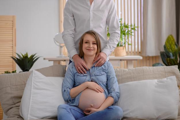 Man zijn zwangere vrouw knuffelen