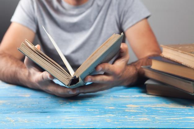 Man zit een boek te lezen