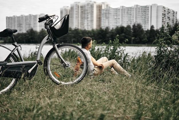 Man zit in een stadspark en geniet van de natuur
