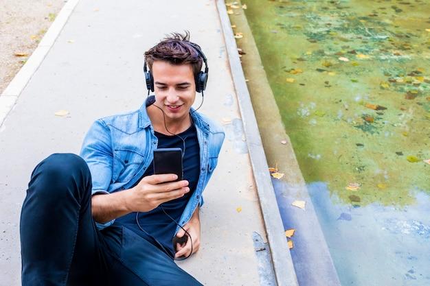 Man zit luisteren muziek hoofdtelefoon concept