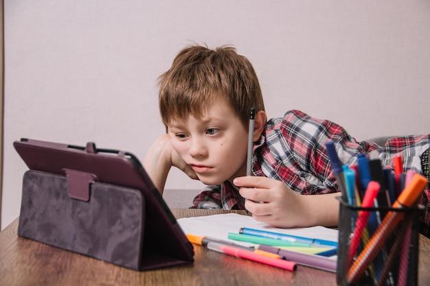 Man zit op de bank thuis en doorloopt online training