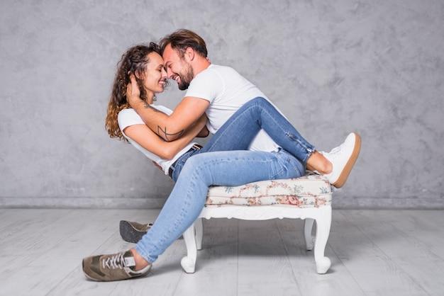 Man zit op een stoel met een vrouw