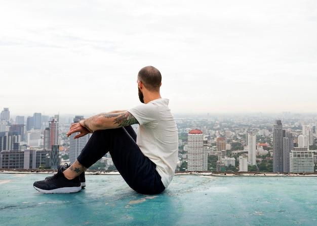 Man zit rest rooftop concept