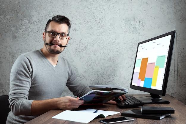 Man zittend aan een tafel in het kantoor