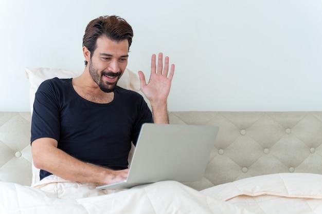 Man zittend op bed