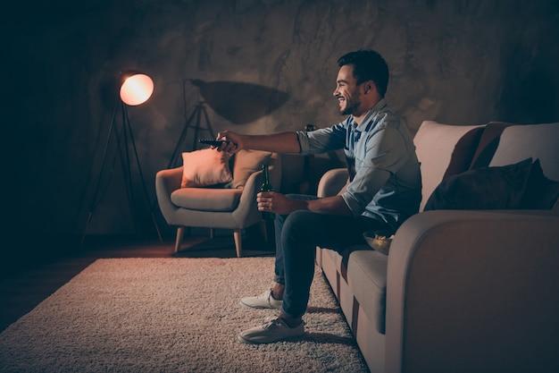 Man zittend op de bank en tv kijken