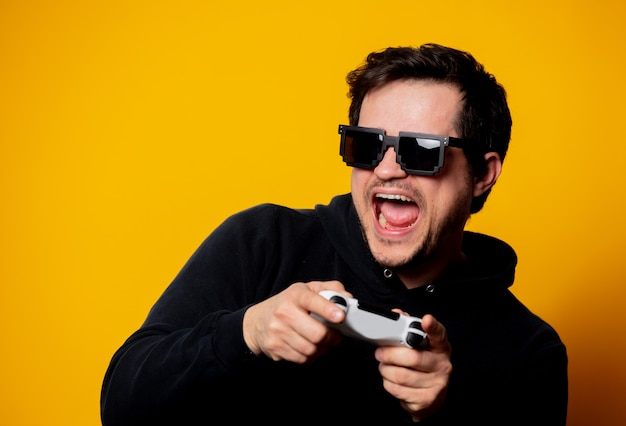 Man zonnebril speelt met een joystick