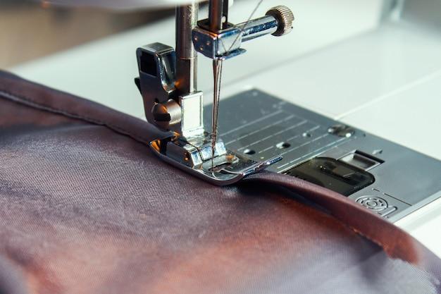 Man zoom een gordijn op een naaimachine. naaien, hobby's, hobby, huisverbetering.