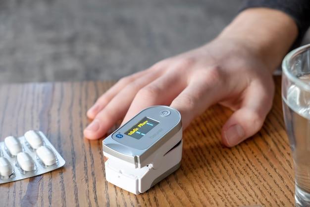 Man zuurstofniveau in het bloed te meten. pulsoximeter
