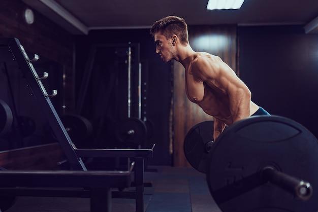 Man zwaar gewicht oefening voor rug. pijn en winst.