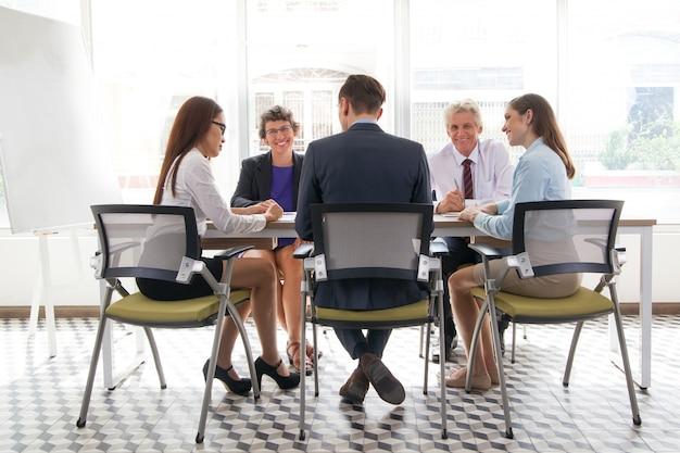Manager bespreken board collega jonge