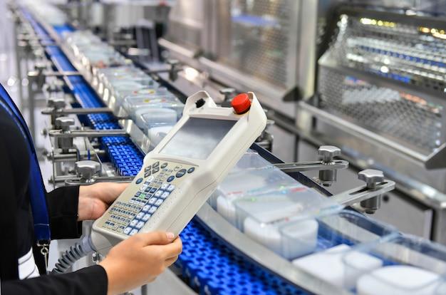 Manager check en control automation automatisering van dozen met voedselproducten op geautomatiseerde transportsystemen in de fabriek