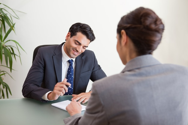 Manager die een vrouwelijke kandidaat interviewt