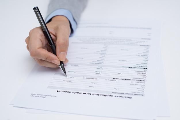 Manager die het aanvraagformulier bekijkt voordat het wordt ingevuld