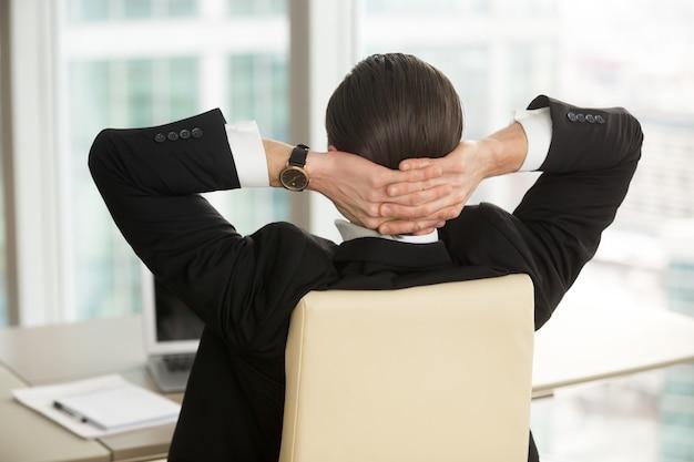 Manager die na het beëindigen van het werk op kantoor rusten