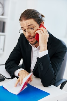Manager documenten werk kantoor laptop executive. hoge kwaliteit foto