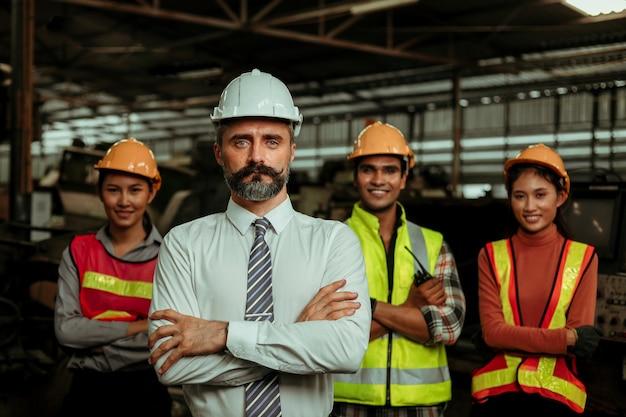 Manager eigenaar van fabriek met werk- en personeelsportret in fabriek