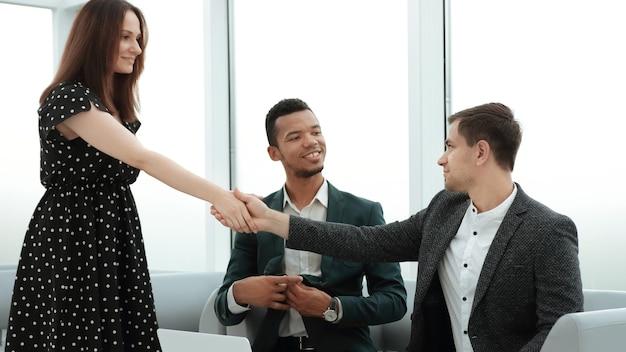 Manager en klant handen schudden voor zakelijke bijeenkomst