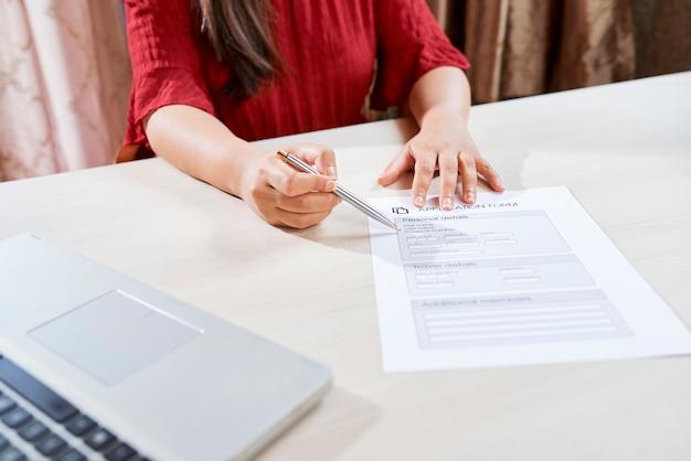 Manager helpt bij het invullen van formulier