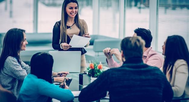 Manager leidt de presentatie van het nieuwe reclameproject